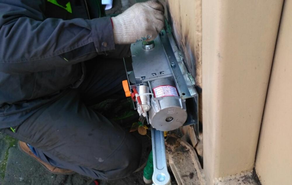 монтаж привода для распашных ворот