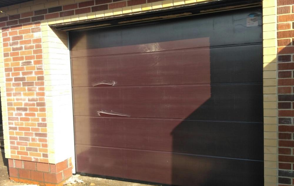 Секционные гаражные ворота Алютех цвет вишня