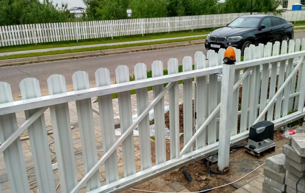 Откатные ворота и забор с обшивкой металлическим штакетником Новая Рига