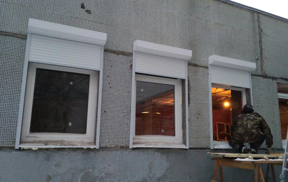 Рольставни установлены на административном здании в Москве
