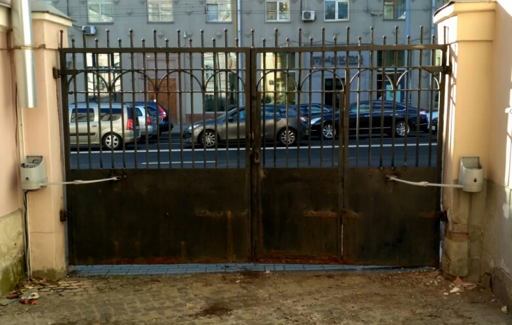 Ужасные ворота сделаны в начале 20 века, но с автоматикой Nice Hopp работают хорошо