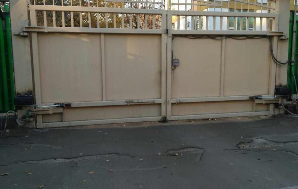 Огромные, тяжелые ворота хорошо работают с приводами Саме Ferny